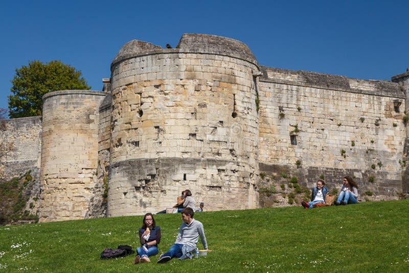 Gente que tiene resto delante del castillo imagen de archivo libre de regalías
