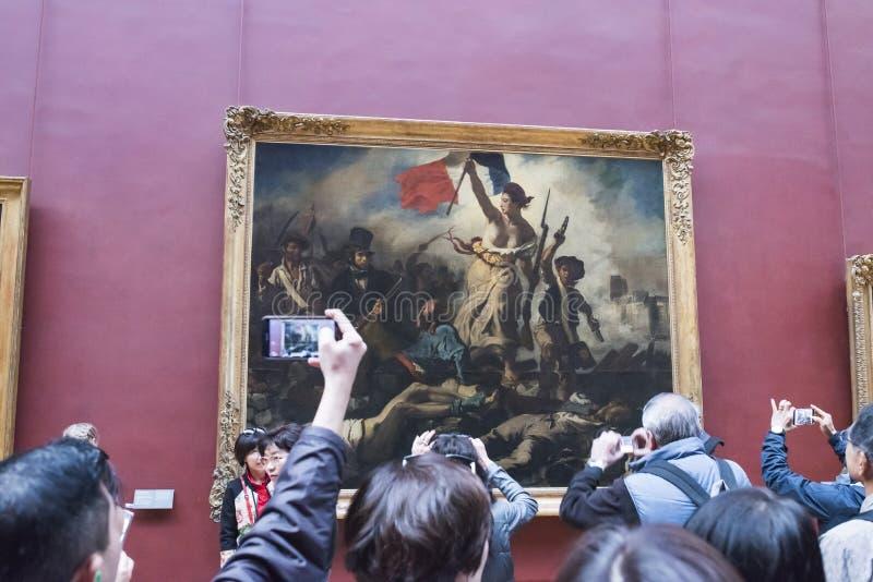 Gente que toma imágenes de la pintura de Delacroix imagenes de archivo