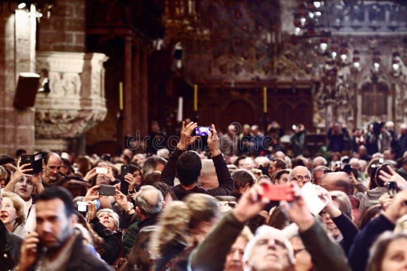 Gente que toma imágenes en el espectáculo de la catedral de Palma de Majorca imagenes de archivo