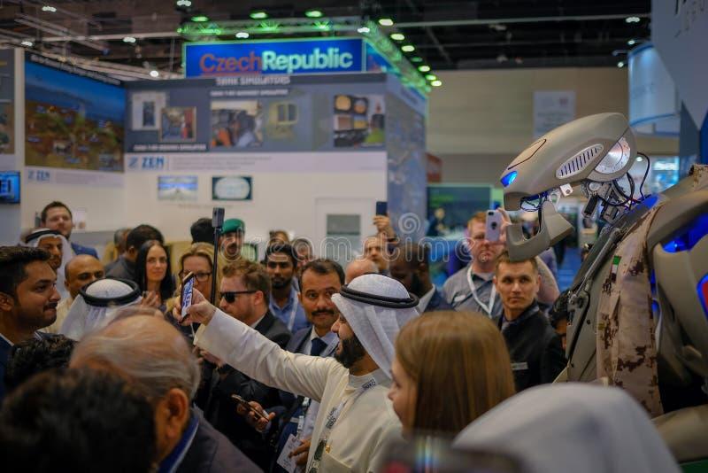 Gente que toma selfies con el TITÁN - el robot de saludo imagen de archivo libre de regalías