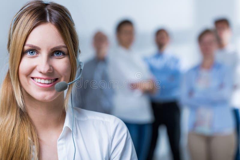 Gente que trabaja en centro de atención telefónica foto de archivo libre de regalías