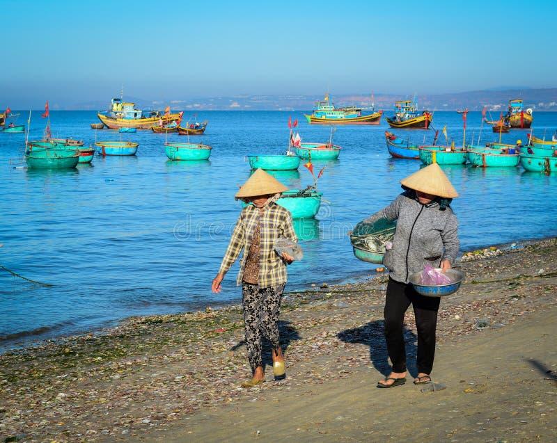Gente que trabaja en el pueblo pesquero en Phan Thiet, Vietnam foto de archivo