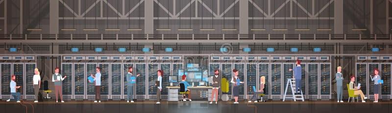 Gente que trabaja en el sitio del centro de datos que recibe la base de datos de la información de la supervisión del servidor libre illustration