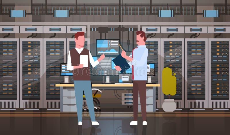 Gente que trabaja en el sitio del centro de datos que recibe la base de datos de la información de la supervisión del servidor ilustración del vector