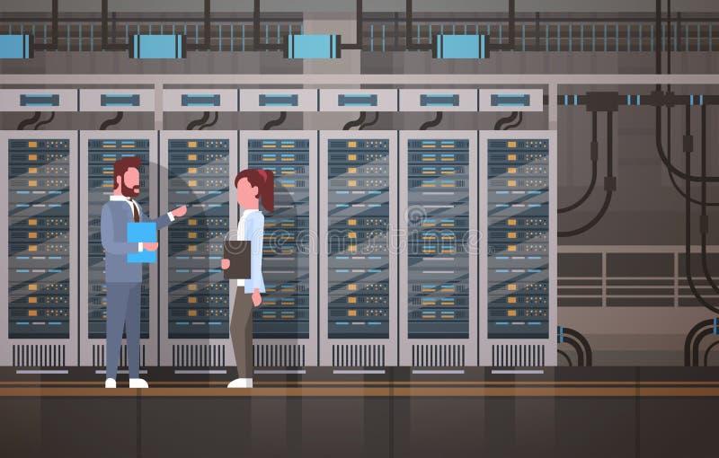 Gente que trabaja en el sitio del centro de datos que recibe la base de datos de la información de la supervisión del servidor stock de ilustración