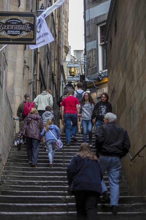 Gente que usa un callejón cercano durante el festival de la franja de Edimburgo fotografía de archivo
