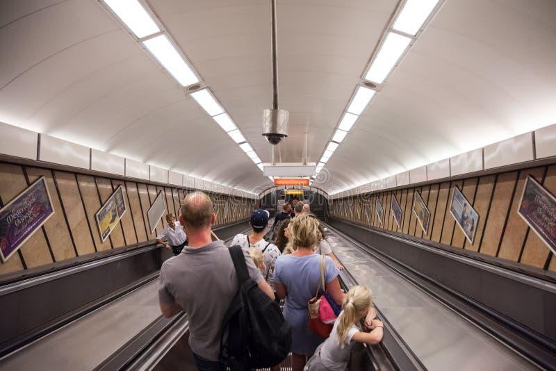 Gente que va abajo de una estación de metro de Budapest en una escalera móvil fotos de archivo libres de regalías