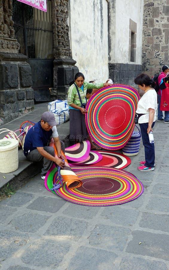 Gente que vende las alfombras hechas a mano imágenes de archivo libres de regalías