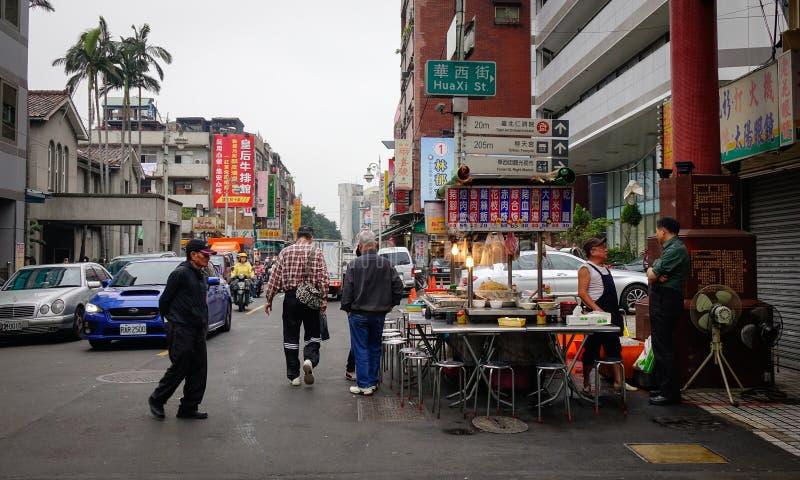 Gente que vende las comidas en la calle en Taipei, Taiwán fotografía de archivo libre de regalías