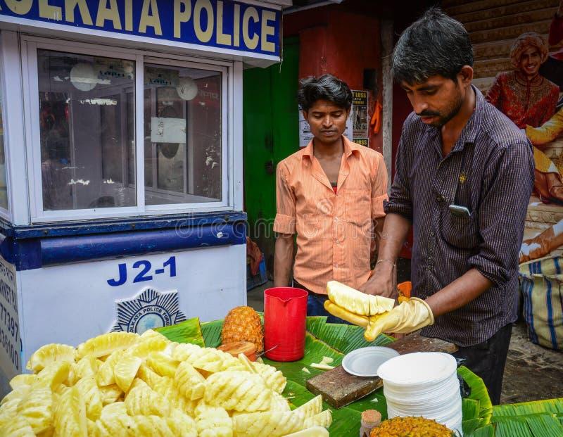 Gente que vende las frutas frescas en el mercado en Kolkata, la India fotos de archivo
