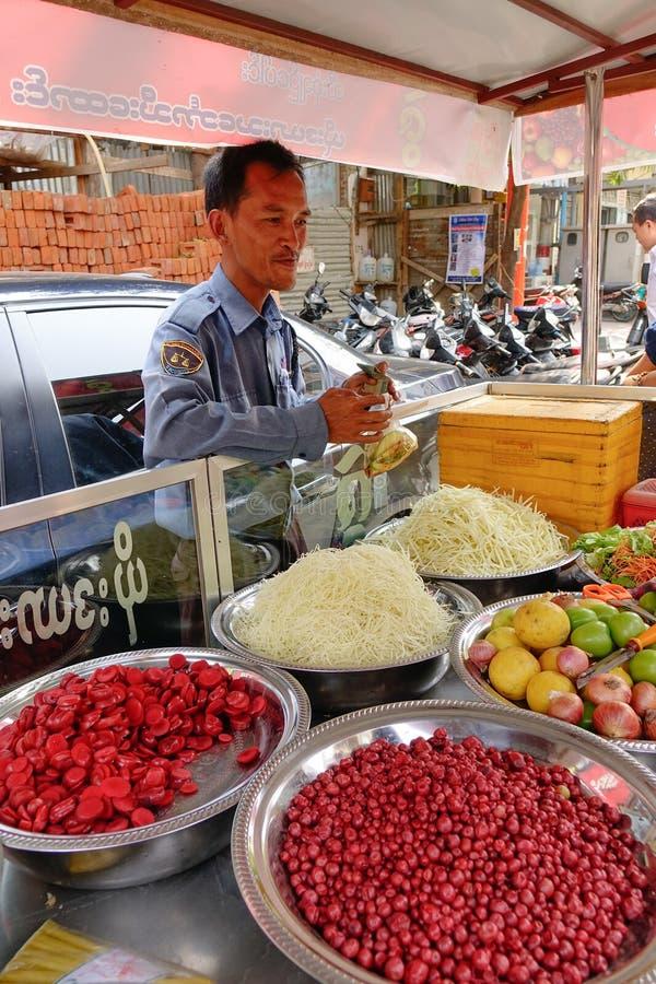 Gente que vende los bocados en la calle en Mandalay, Myanmar fotografía de archivo