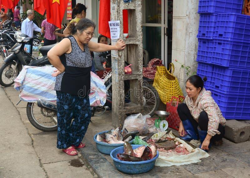 Gente que vende pescados y los mariscos imagen de archivo libre de regalías