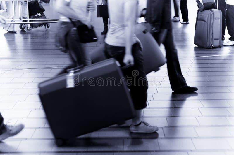 Gente que viaja en el aeropuerto imagenes de archivo