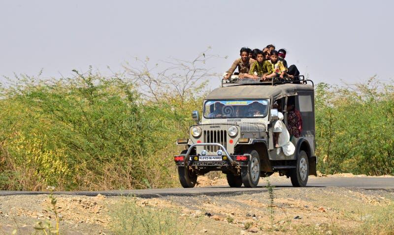 Gente que viaja en el jeep en Gujrat la India imágenes de archivo libres de regalías