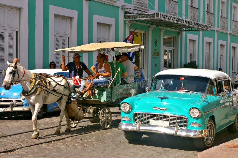 Gente que viaja en un carro del caballo en Cuba fotografía de archivo libre de regalías