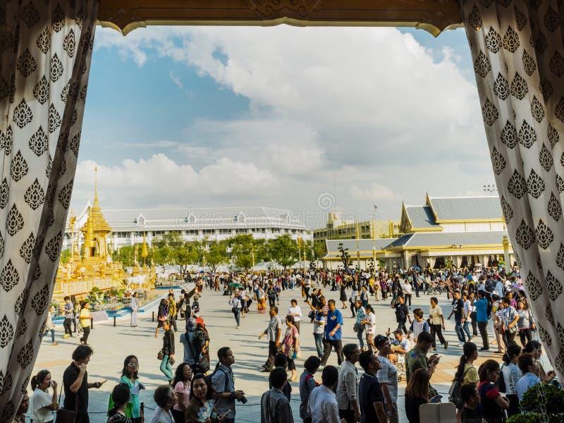 Gente que visita el crematorio y la exposición reales para el HM rey Bhumibol Adulyadej de Tailandia en la noche imágenes de archivo libres de regalías