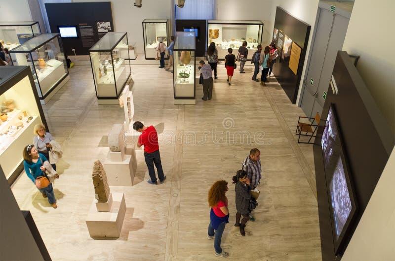 Gente que visita el museo arqueológico nacional en Madrid, España el 18 de octubre de 2014 imagen de archivo libre de regalías
