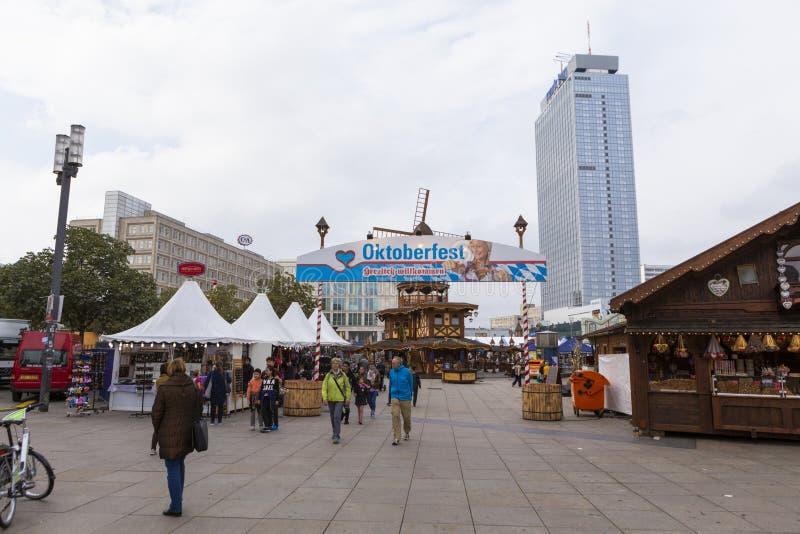 Gente que visita el Oktoberfest de la ciudad de Berlín fotografía de archivo
