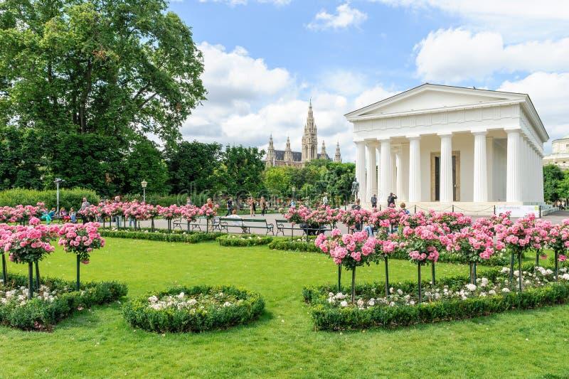 Gente que visita el parque y el templo de Theseus, Viena, Au de Volksgarten fotos de archivo