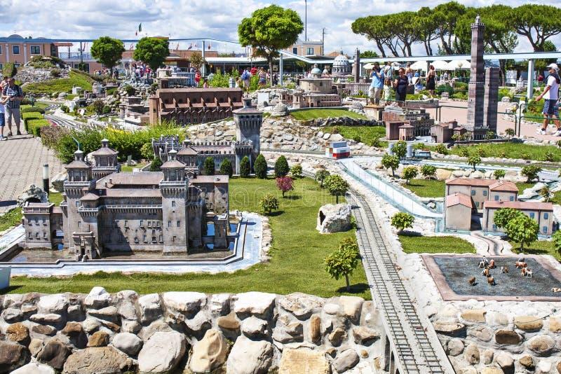 Gente que visita Italia Mini Tiny Playground imagenes de archivo