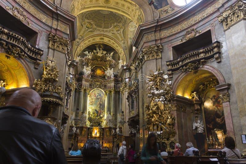 Gente que visita la iglesia de St Peters en Viena foto de archivo