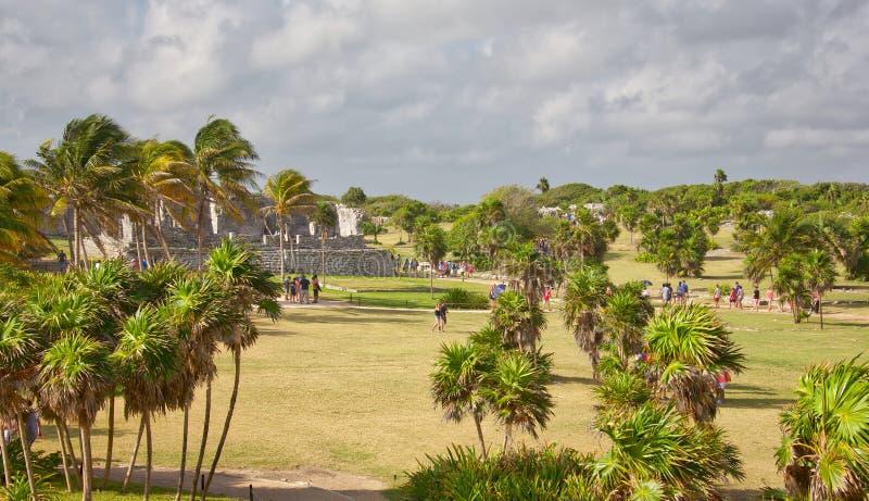 Gente que visita las ruinas mayas en Tulum fotografía de archivo libre de regalías