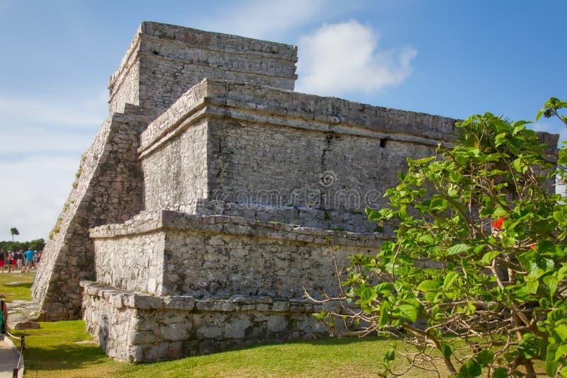 Gente que visita las ruinas mayas en Tulum imagen de archivo libre de regalías