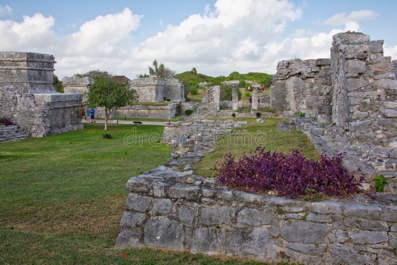 Gente que visita las ruinas mayas en Tulum foto de archivo libre de regalías