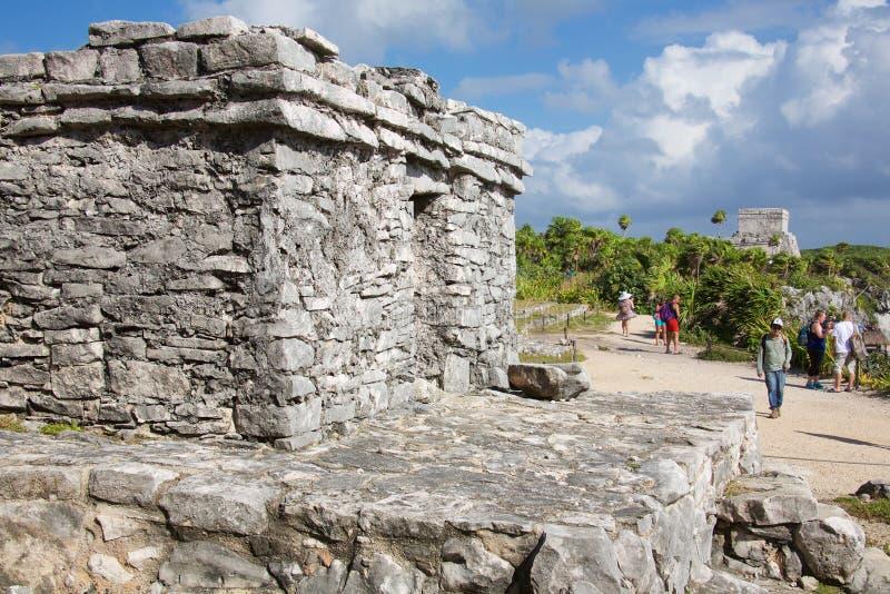 Gente que visita las ruinas mayas en Tulum foto de archivo