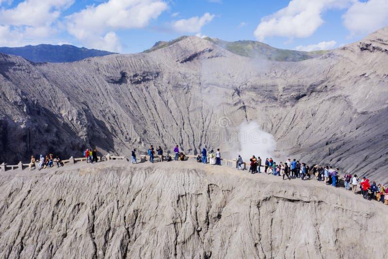 Gente que visita un cráter del volcán de Bromo fotos de archivo libres de regalías