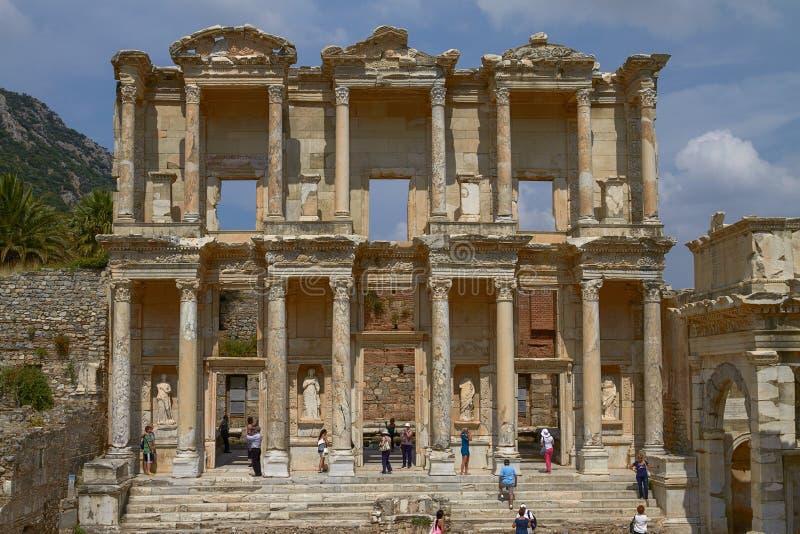 Gente que visita y que goza de la biblioteca cent3igrada antigua en Ephesus Turquía imagen de archivo