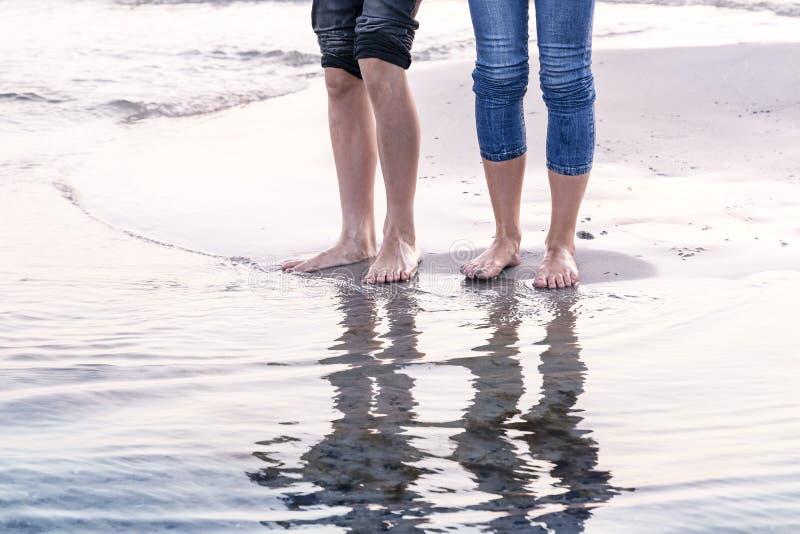 Gente reflejada en el océano imagenes de archivo