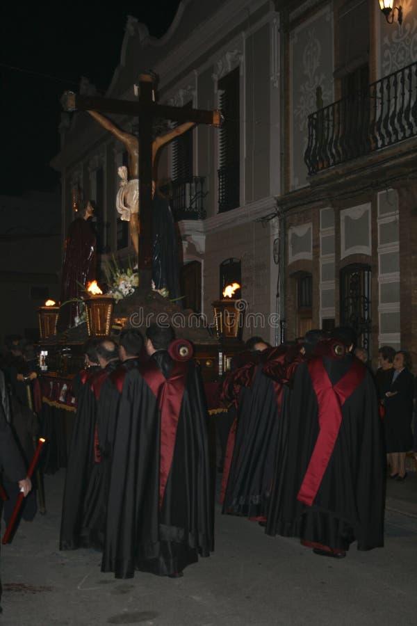 Gente religiosa que camina en la procesión para la semana santa – Semana Papá Noel en España fotos de archivo libres de regalías