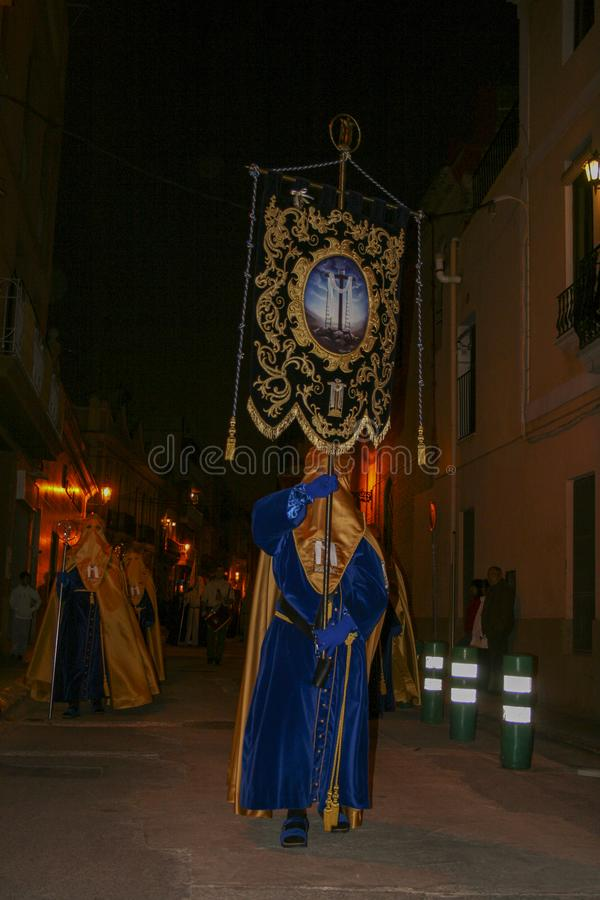 Gente religiosa que camina en la procesión para la semana santa – Semana Papá Noel en España fotografía de archivo