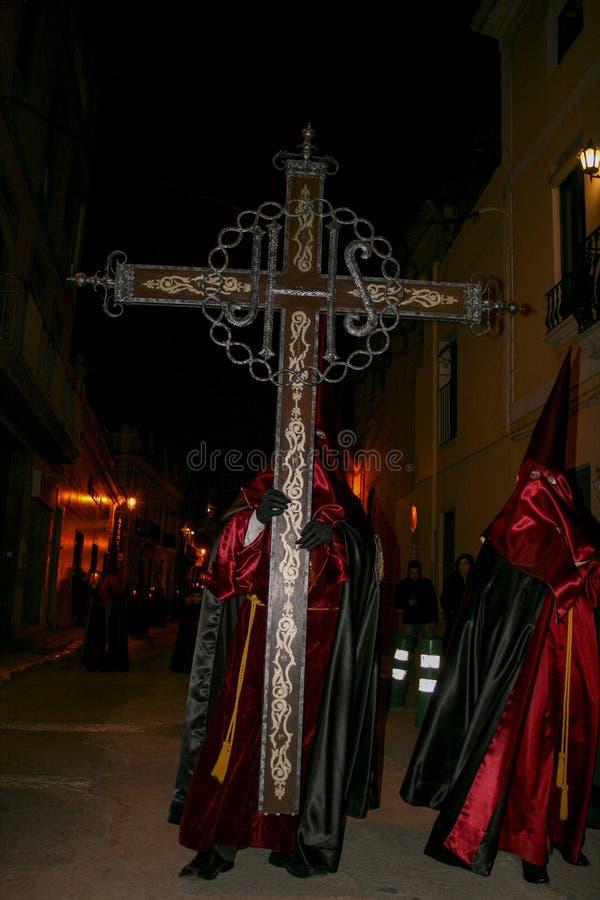 Gente religiosa que camina en la procesión para la semana santa – Semana Papá Noel en España imágenes de archivo libres de regalías