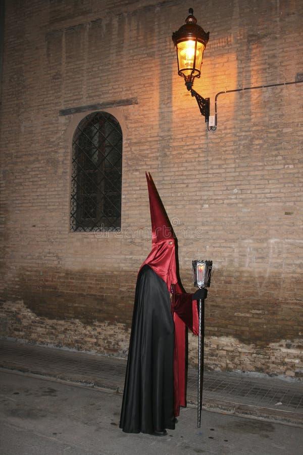 Gente religiosa que camina en la procesión para la semana santa – Semana Papá Noel en España imagen de archivo libre de regalías
