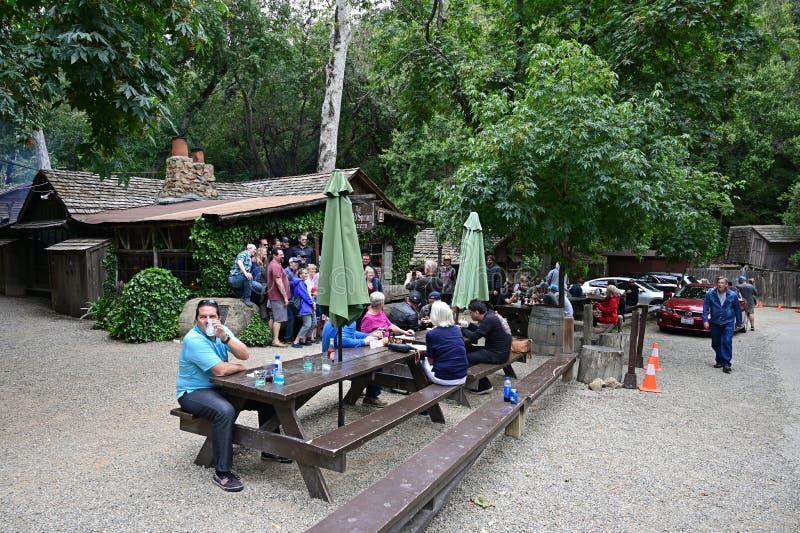Gente reunida en Cold Spring Tavern en Stagecoach Road cerca de Santa Bárbara, California fotografía de archivo libre de regalías