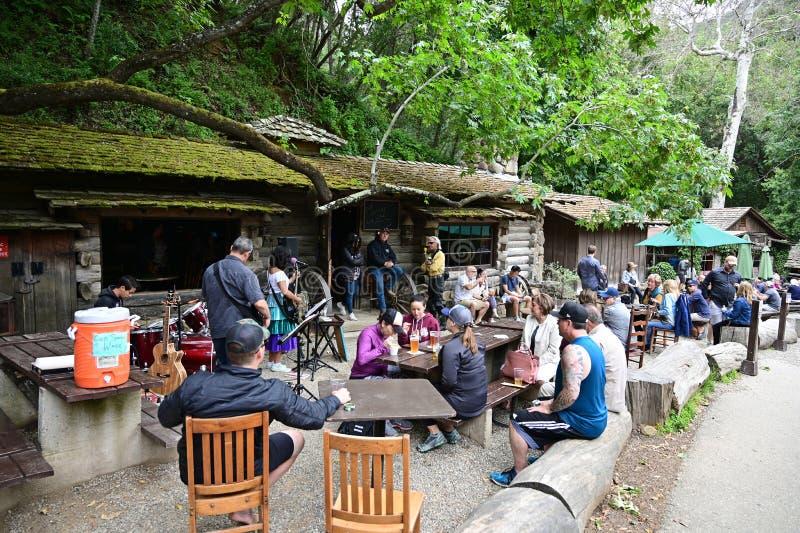 Gente reunida en Cold Spring Tavern en Stagecoach Road cerca de Santa Bárbara, California imágenes de archivo libres de regalías