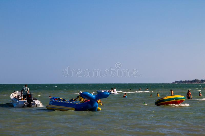 Gente sconosciuta divertendosi nel mare di Azov immagini stock libere da diritti