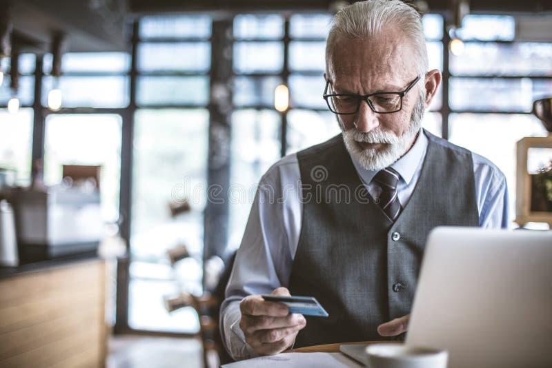 Gente senior anche facendo uso di tecnologia fotografia stock libera da diritti