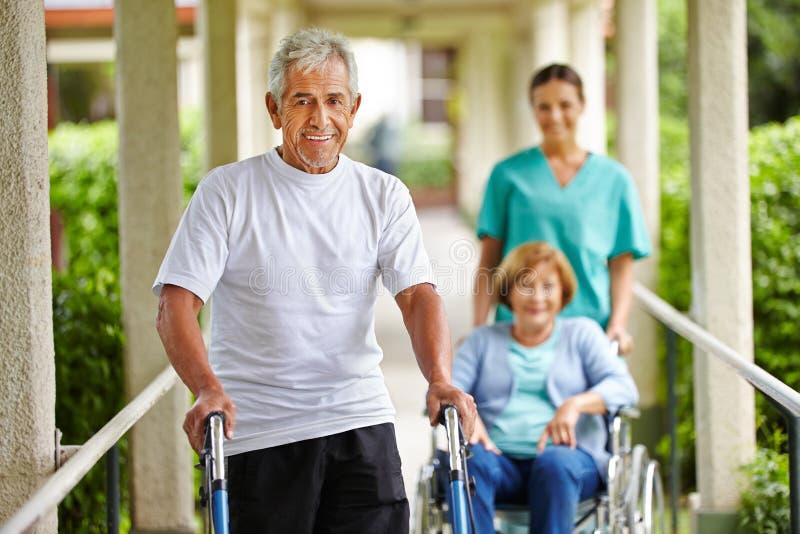 Gente senior felice nella casa di cura immagini stock libere da diritti