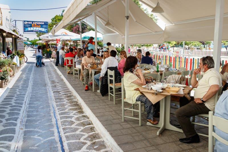 Gente sittting en un Taverna griego en Volos, Grecia imagenes de archivo