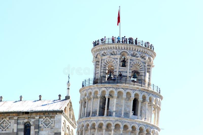 Gente sobre la torre inclinada en Pisa, Italia imagen de archivo