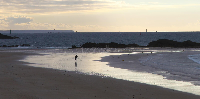 Gente sola sulla spiaggia al tramonto in Saint Malo immagini stock