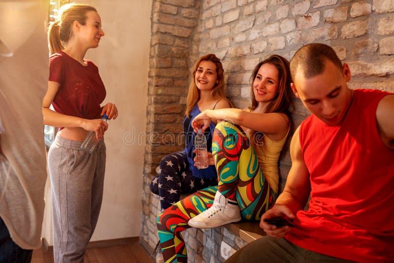 Gente sorridente che ha una rottura ai balli in studio immagini stock libere da diritti
