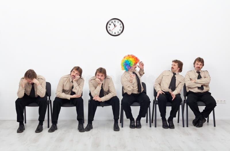 Gente subrayada que espera una entrevista de trabajo fotos de archivo