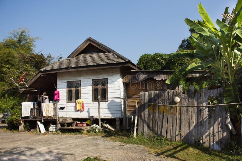 Gente tailandesa de las mujeres del peoThai de las mujeres que lava la ropa limpia y que cuelga la ropa seca en el sol en casa fotografía de archivo