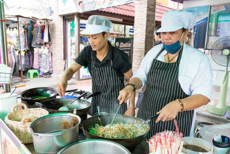 Gente tailandesa que cocina padthai fresco foto de archivo libre de regalías