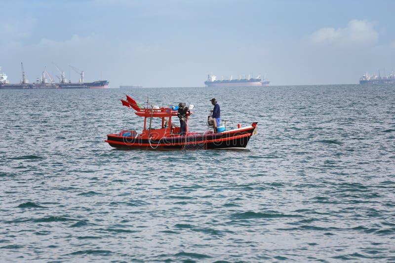 Gente tailandesa y barcos de pesca en el mar de Tailandia foto de archivo libre de regalías