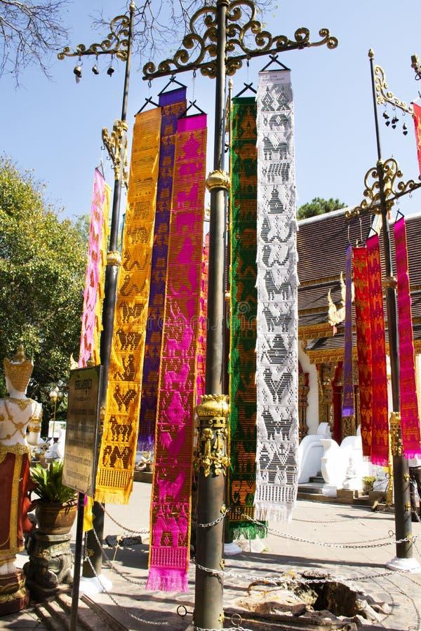 Gente tailandese e viaggiatori stranieri che appendono le bandiere sante o Tung Flag variopinto di Lanna o nordico di tailandese  fotografie stock